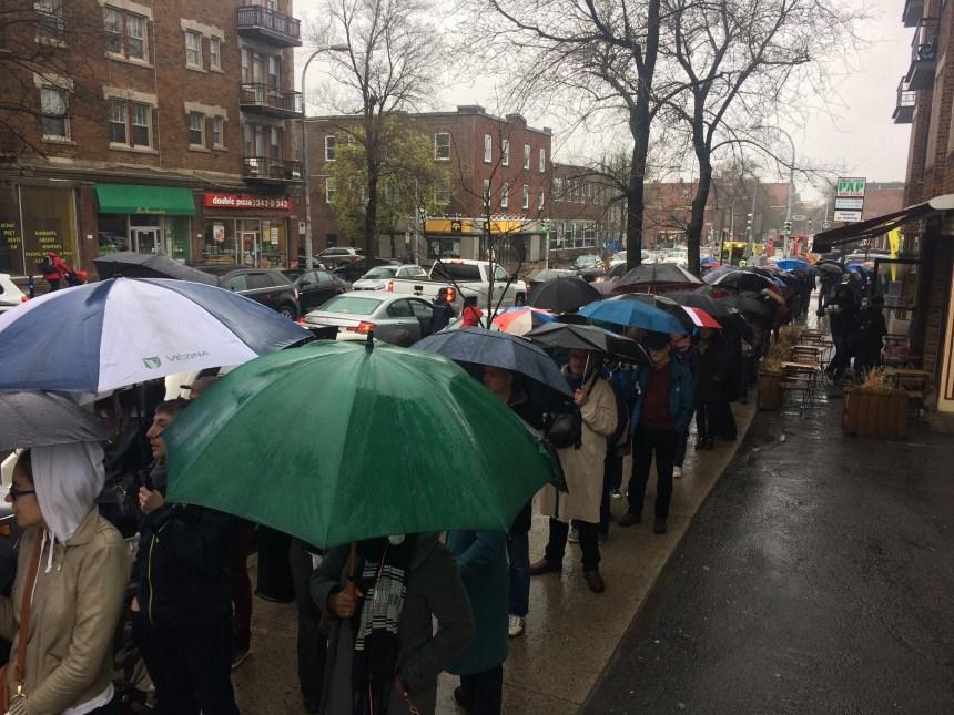[PHOTOS] Présidentielle: Les Français de Montréal patients sous la pluie ou sous le soleil