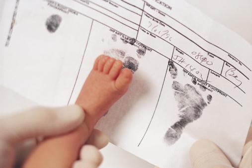 Certificat de naissance: le nom du père ne remplacera pas celui d'une des 2 mères