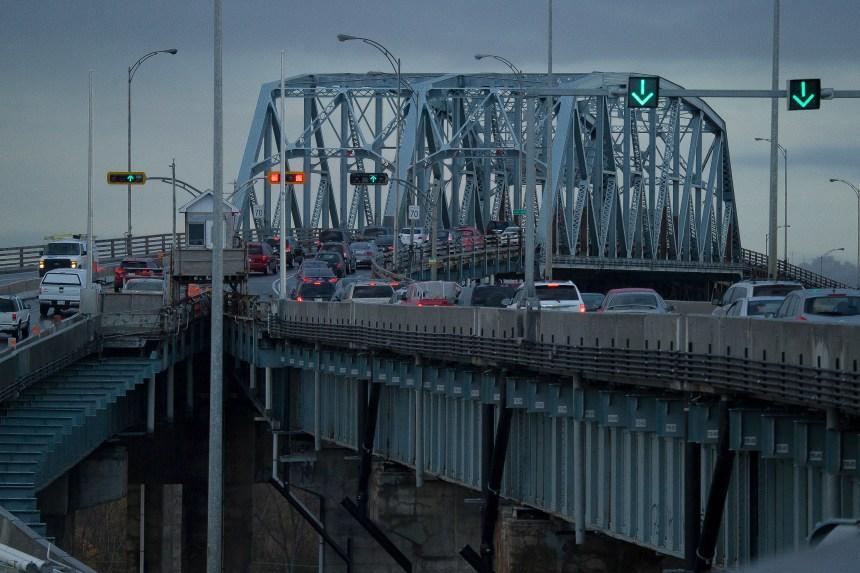 Les poids lourds seront interdits sur le pont Mercier aux heures de pointe