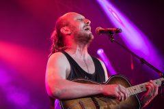Dénonciation: largué par sa maison de disques, Bernard Adamus présente ses excuses