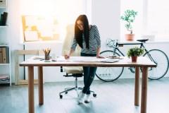 Travailler debout, aussi bénéfique qu'on le croit?