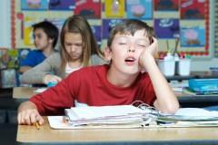 Votre enfant est tannant? Peut-être qu'il dort tout simplement mal