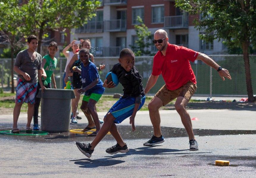 Matthieu Proulx initie les jeunes de Saint-Laurent au football