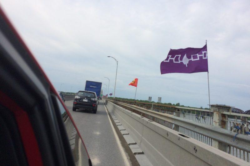 Des drapeaux autochtones tolérés au pont Mercier