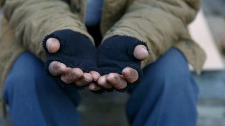 Gros plan des mains d'un mandiant. L'IRIS plaide pour l'utilisation du concept de «revenu viable».