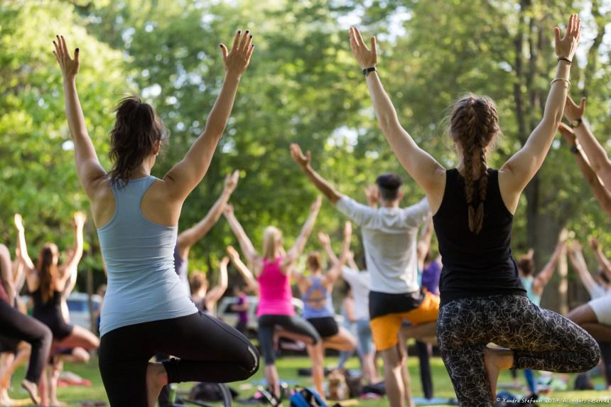 Le Yoga dans le parc continue avec l'aide d'un OBNL
