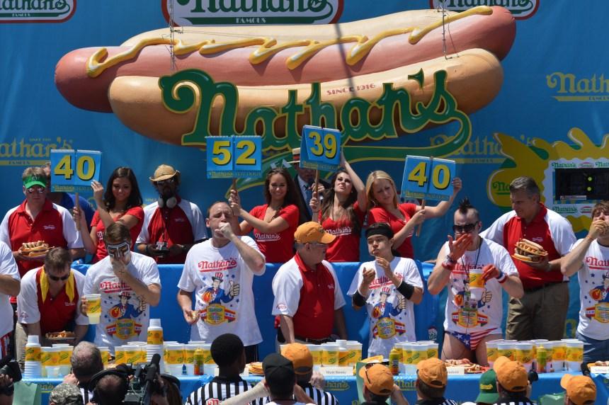 72 hot-dogs en 10 minutes: «un gars qui aime manger» devient légende