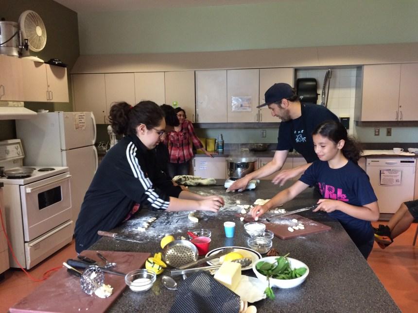Bob le Chef cuisine avec des jeunes de Saint-Léonard
