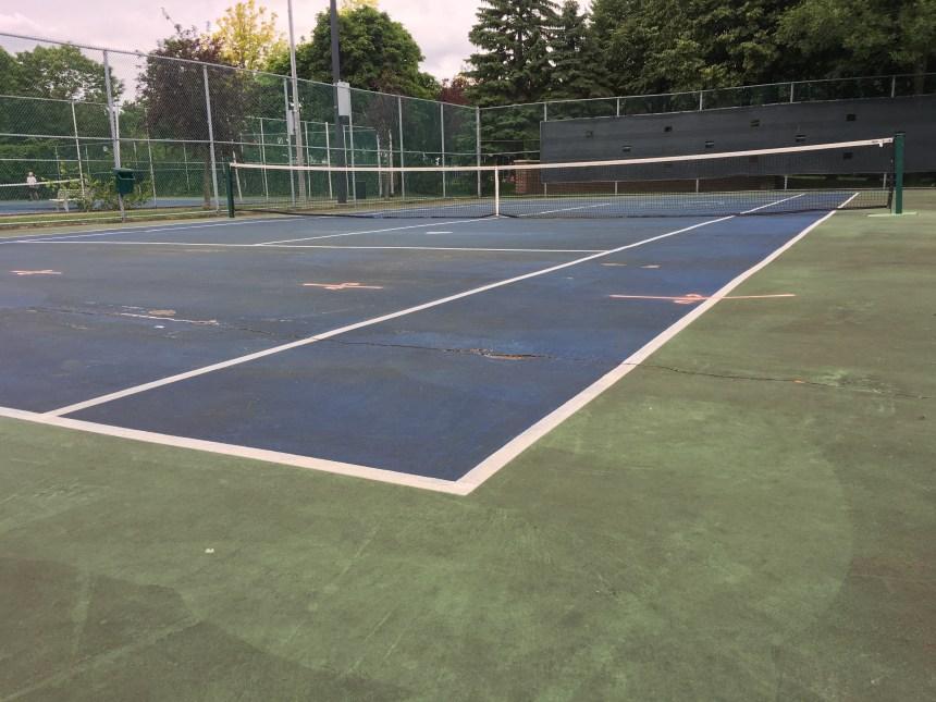 Cure de rajeunissement des terrains de tennis du parc de La Fontaine