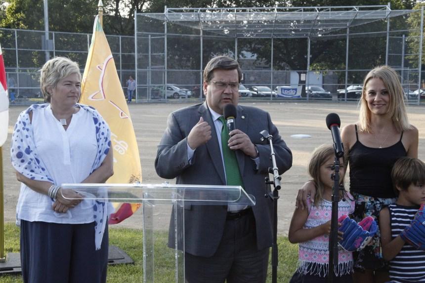 Denis Coderre inaugure le nouveau terrain de baseball du parc Villeray