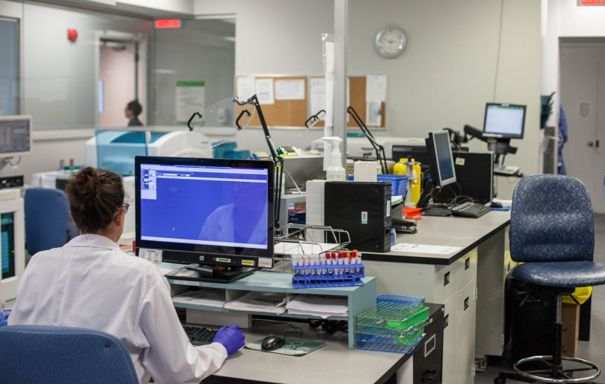 Visite exclusive d'un laboratoire d'analyses médicales à Saint-Laurent