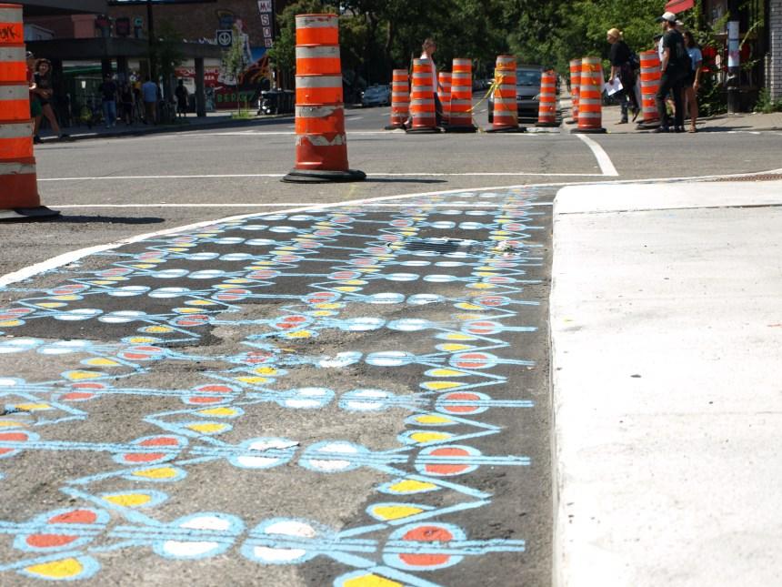 Des saillies de trottoir peintes pour protéger les piétons