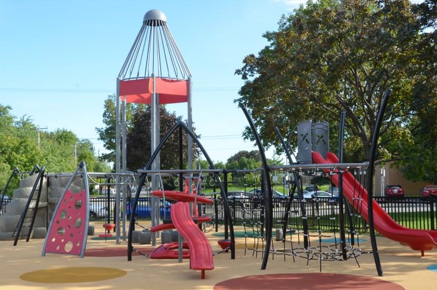 Le caoutchouc fait place au gazon au parc Wilfrid-Bastien