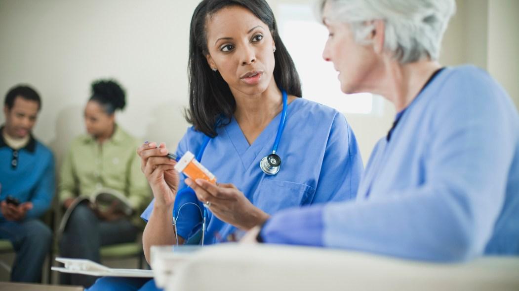 Une infirmière et une patiente