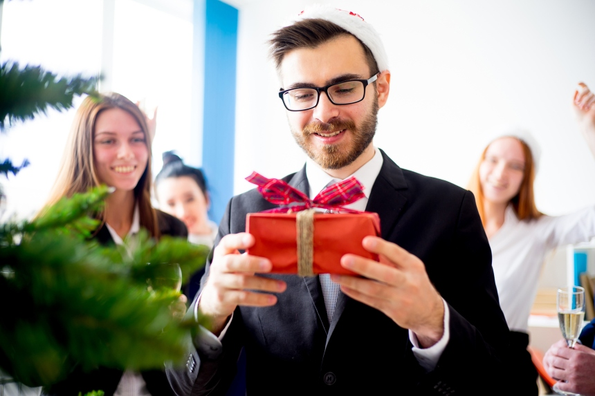 Doit-on offrir des cadeaux de Noël aux collègues?