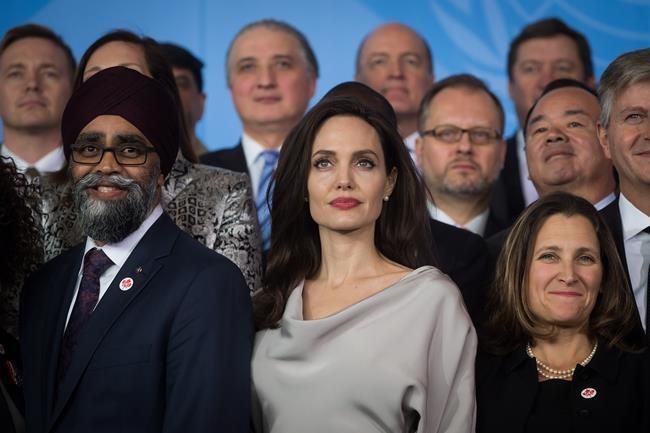 Jolie se fait critique au sommet à Vancouver