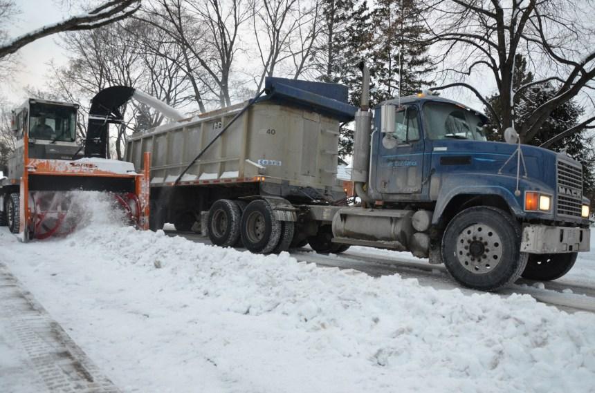Le déneigement continue malgré le froid intense à Montréal