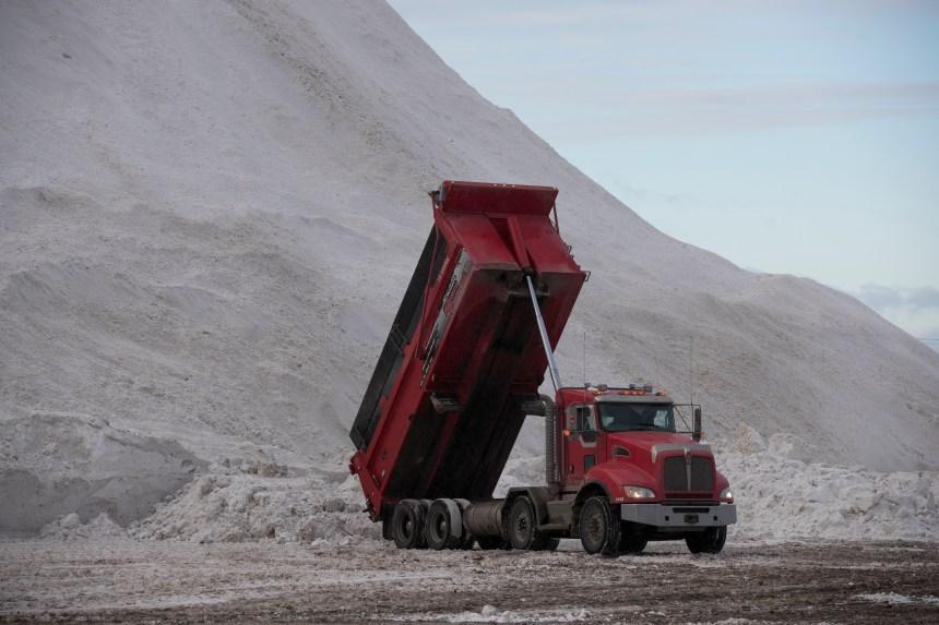 Transport de la neige: Montréal doit accorder un contrat de 11,5 M$