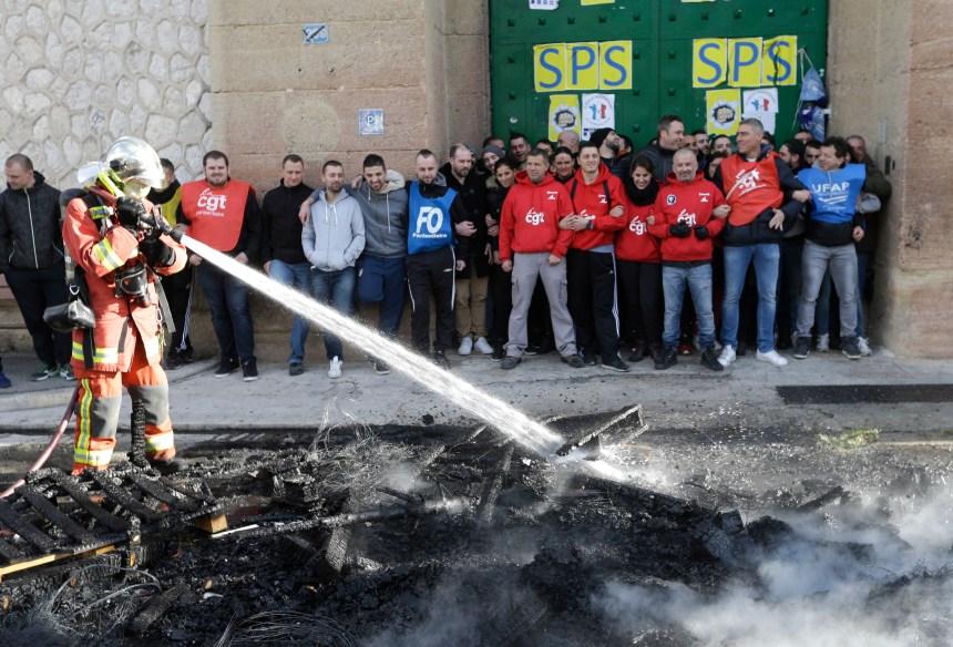 France: les gardes bloquent l'accès à des dizaines de prisons