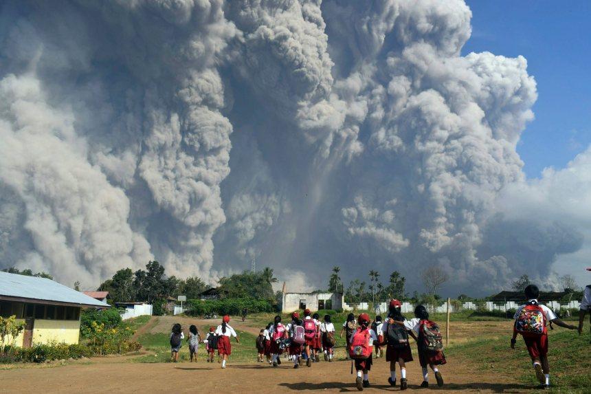 Un volcan se détruit partiellement après une éruption en Indonésie