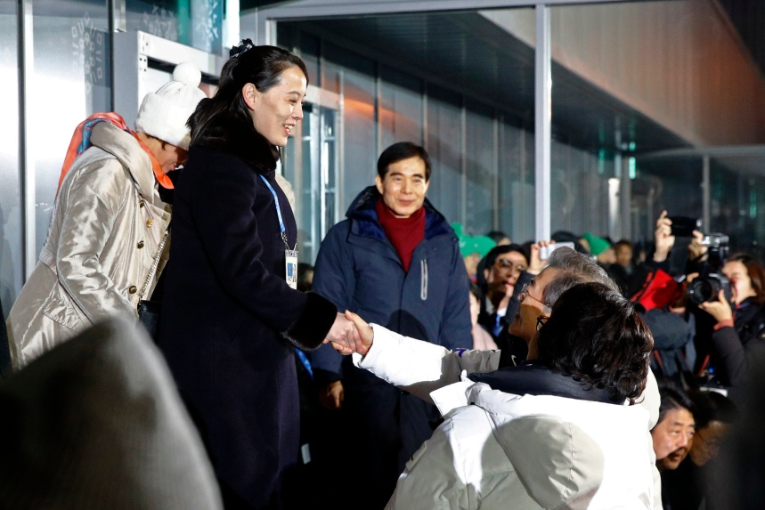 Kim Yo-jong serre la main du président sud-coréen