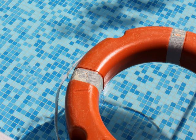 L'enfant de 6 ans trouvé inconscient dans une piscine est mort