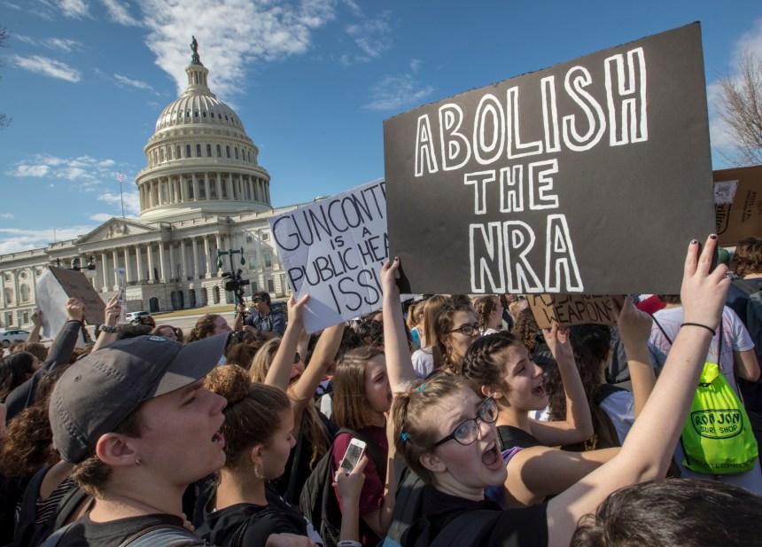 Des Américains renoncent à leurs armes