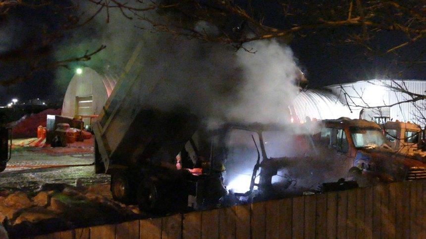 Un camion à benne incendié