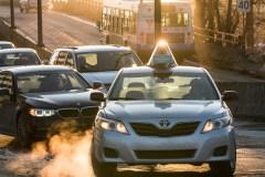 Des chauffeurs de taxi somment Québec d'imposer des quotas à Uber