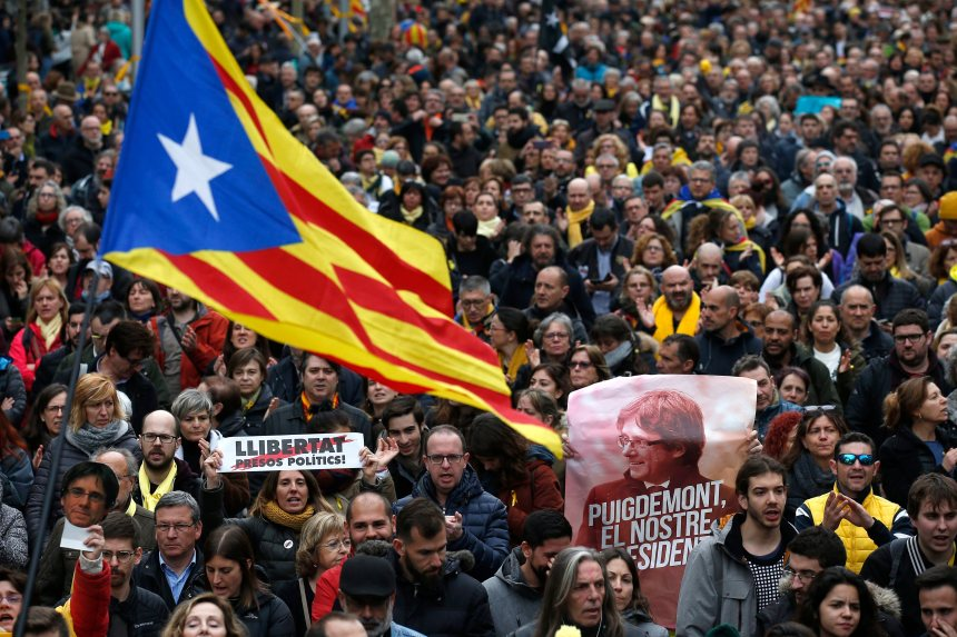 Puigdemont devant un juge après son arrestation qui a déclenché des violences en Catalogne