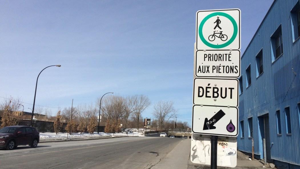 Il est permis aux cyclistes de circuler sur le trottoir du côté est de l'avenue Christophe-Colomb.