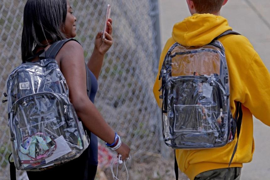 Fusillade dans une école en Floride: des sacs transparents font réagir