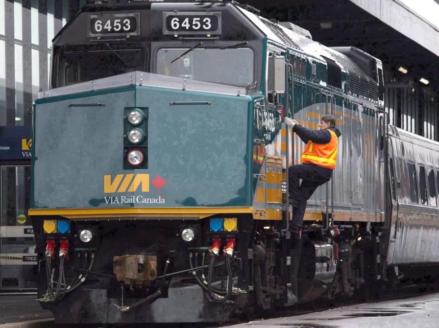 Deux locomotives d'un train de Via se renversent