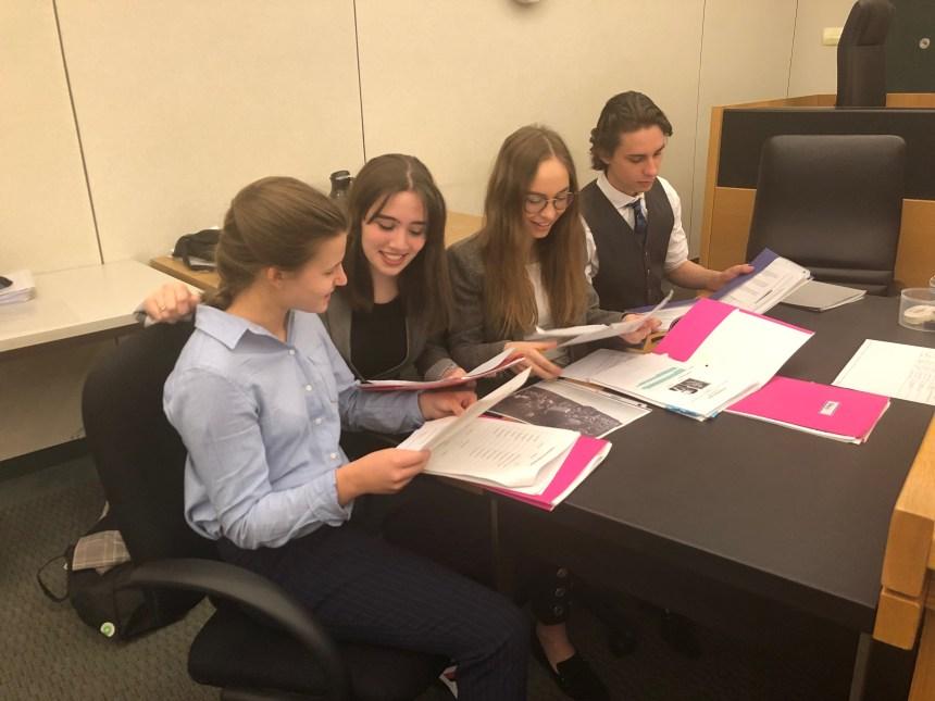 Des élèves de Baie-D'Urfé participent à un «procès»