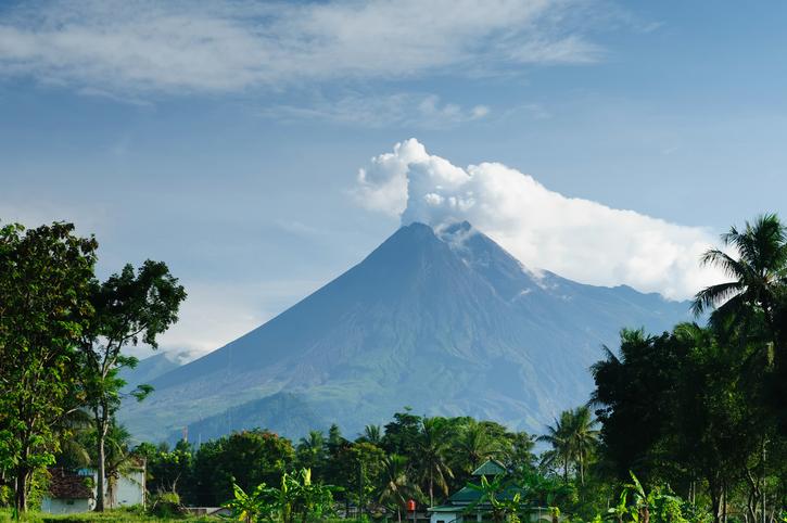 Indonésie: un volcan entre en éruption