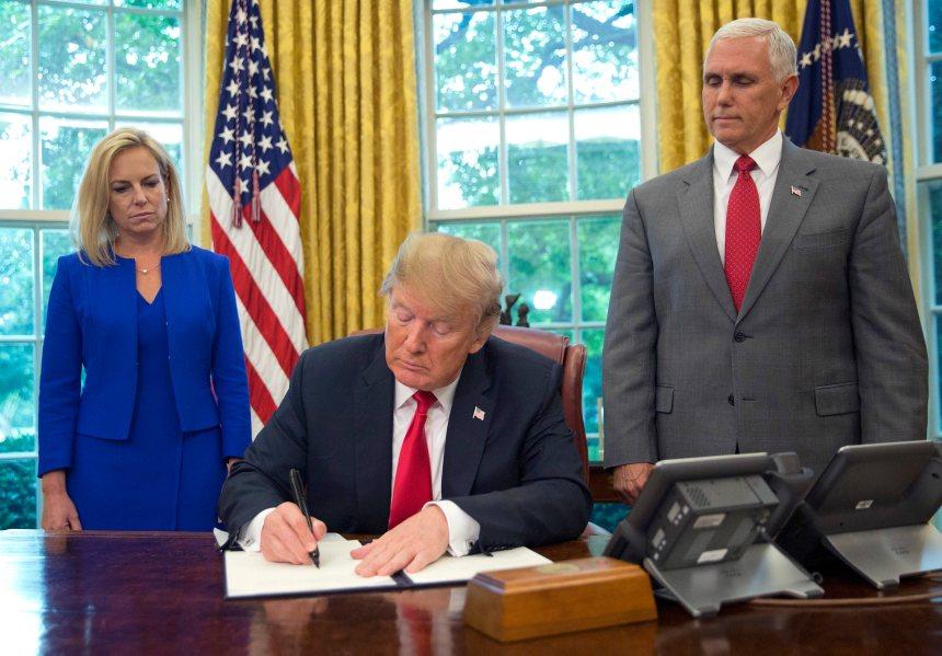 Donald Trump signe un décret pour éviter la séparation des familles