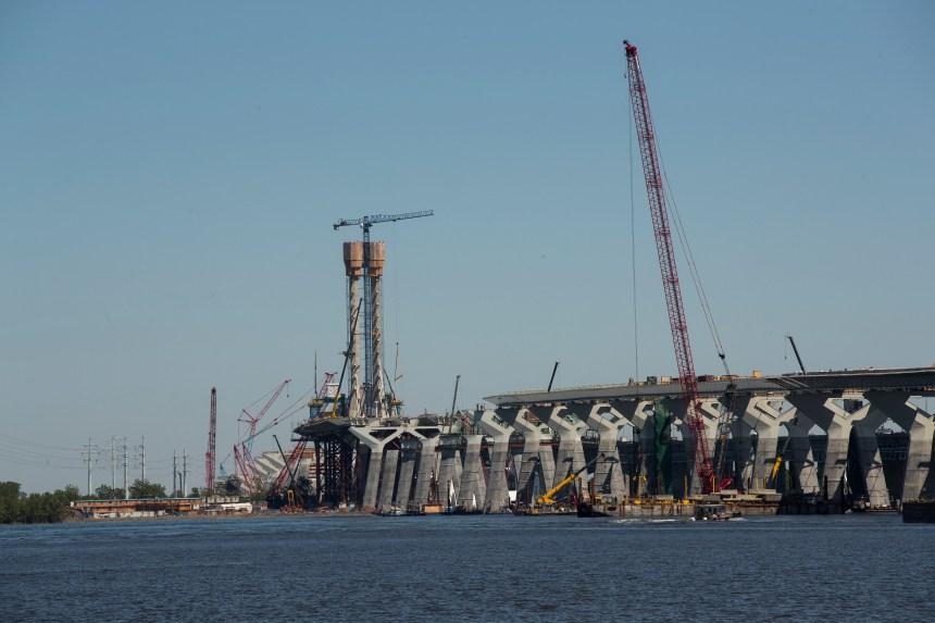 Des grutiers quittent le chantier du pont Champlain