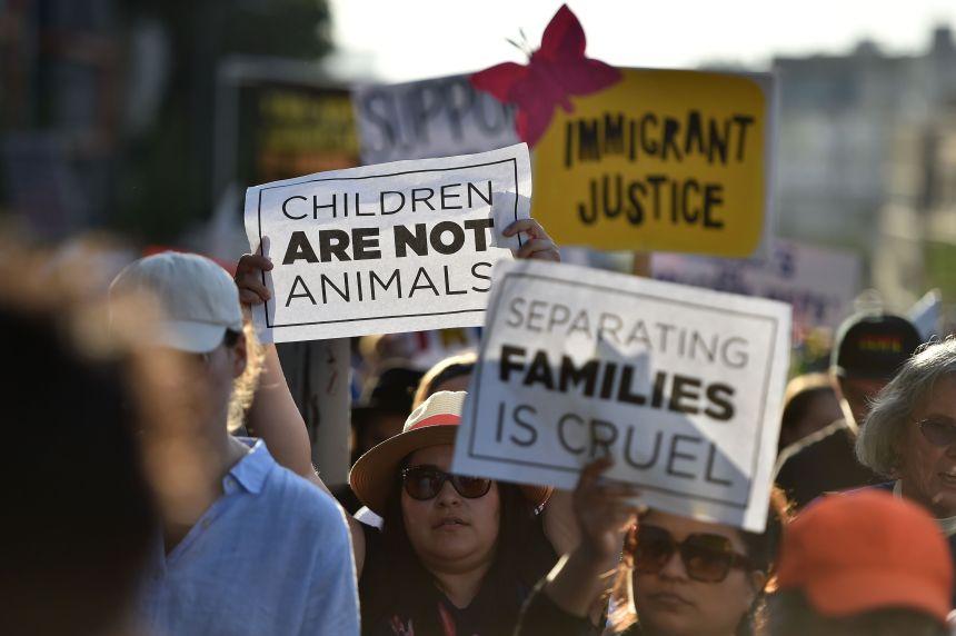 Près de 2 000 enfants séparés de leurs parents migrants aux États-Unis