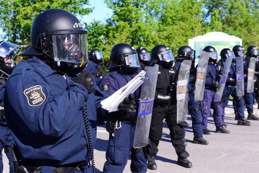 Face à face entre policiers et manifestants anti-G7