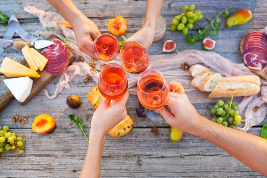 Trinquer, un verre de rosé à la main