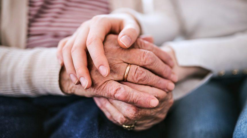 Le rôle de proche aidant peut causer de la détresse, selon un rapport