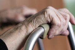 Face aux décès de la COVID-19, l'espérance de vie au Québec en baisse