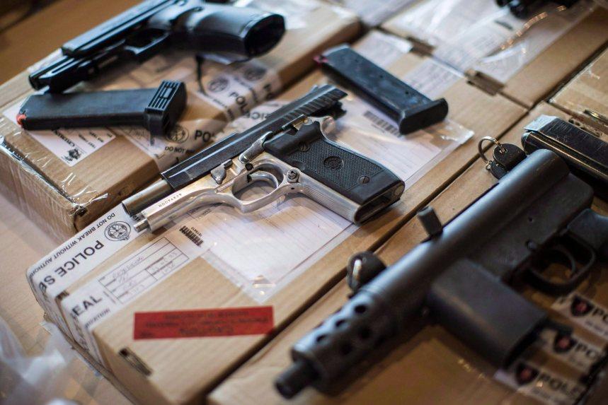 Arrestation de suspects en possession d'armes à feu volées