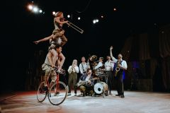 Complètement Cirque: le jazz acrobatique et déjanté de Scotch & Soda