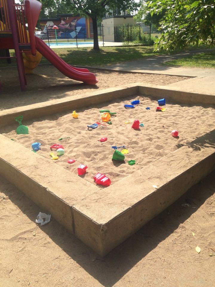 Des jouets de sable en libre-service dans un parc près de chez vous