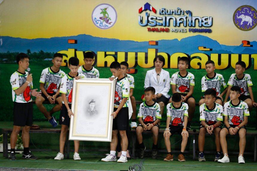 Thaïlande: les jeunes rescapés de la grotte racontent le «miracle» de leur sauvetage