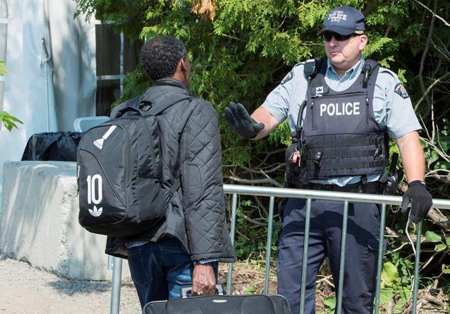 Les demandeurs d'asile inquiètent les Canadiens