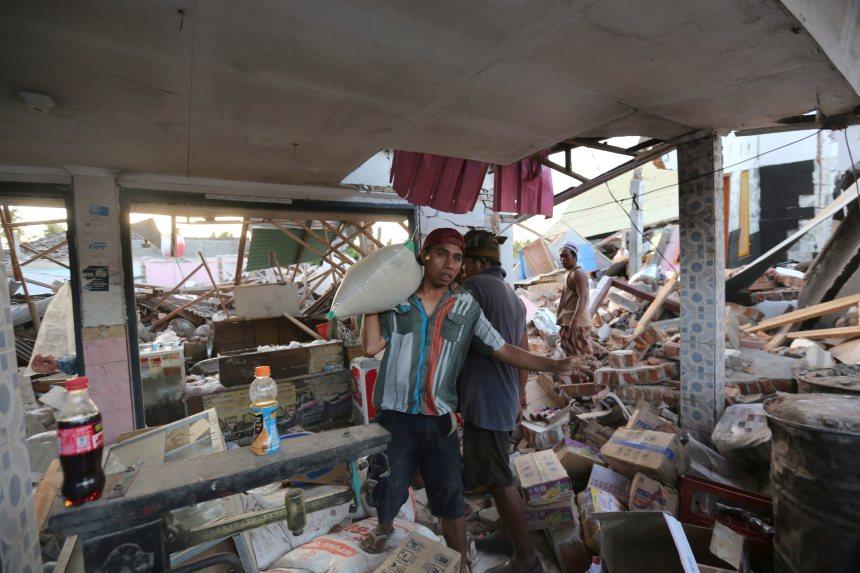 Séisme en Indonésie: au moins 98 morts, plus de 2000 touristes évacués