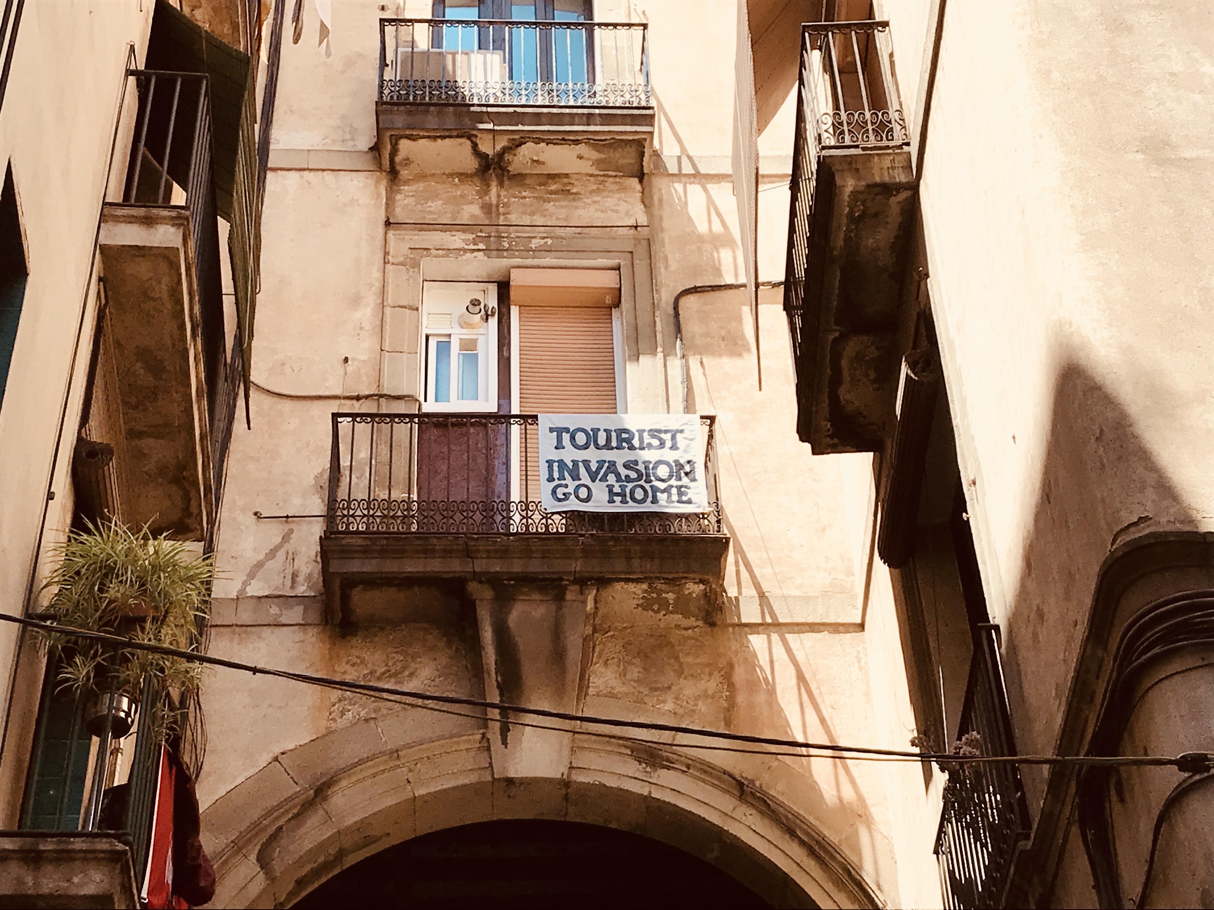 https://journalmetro.com/wp-content/uploads/2018/08/monde-tourists-go-home-touriste-barcelone.jpg?fit=4032%2C3024