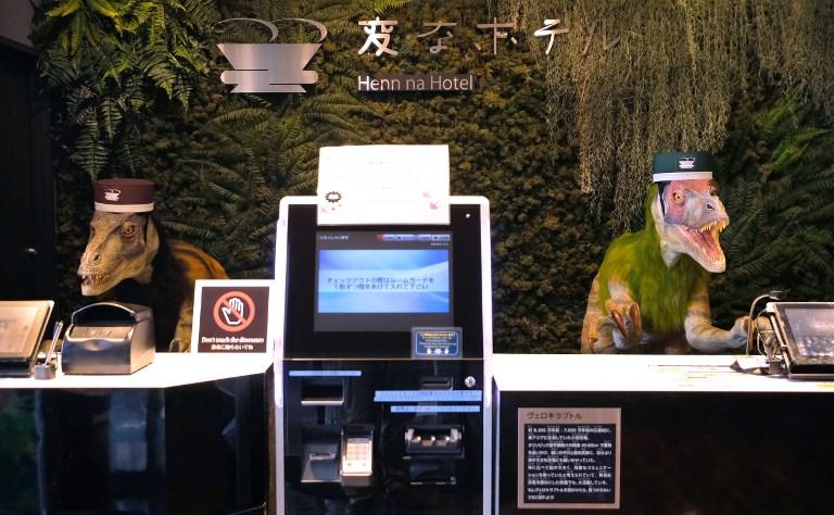 Des dinosaures accueillent les clients dans un hôtel japonais